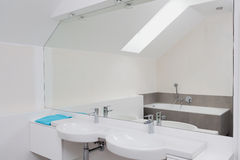 Роскошная ванная комната с огромным зеркалом стоковое фото
