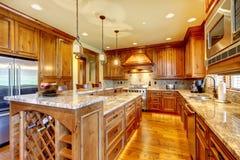 Роскошная деревянная кухня с countertop гранита. стоковое изображение