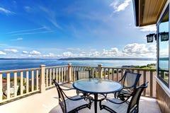 Роскошная домашняя палуба балкона с взглядом воды стоковые изображения rf
