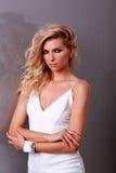 Роскошная девушка в белом платье Стоковая Фотография