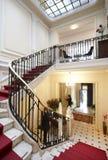 Роскошная лестница с красным ковром в классической резиденции Стоковые Фотографии RF