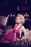 Роскошная женщина Молодая модная тонкая милая женщина в спальне Стоковое Фото