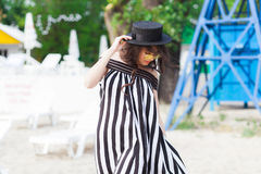 Роскошная женщина перемещения в черно-белом beachwear идя принимающ прогулку на пляже лета песка Турист девушки на лете Стоковая Фотография RF