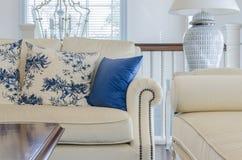 Роскошная живущая комната с голубой подушкой на софе Стоковое Изображение RF