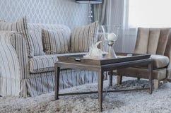Роскошная живущая комната с деревянным столом и софой на ковре Стоковые Фото