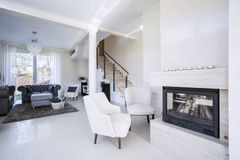 Роскошная живущая комната с камином Стоковое Фото