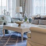 Роскошная живущая комната с классическими софой и таблицей Стоковое фото RF
