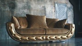 Роскошная золотая софа на предпосылке просторной квартиры акции видеоматериалы