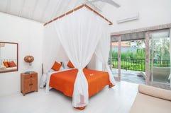 Роскошная и красивая белая гостиница спальни цвета Стоковое Изображение