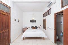 Роскошная и красивая белая гостиница спальни цвета Стоковые Фотографии RF