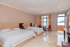 Роскошная и красивая двойная гостиница спальни Стоковое фото RF