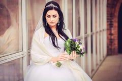 Роскошная и счастливая невеста в городе стоковое изображение