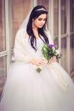 Роскошная и счастливая невеста в городе стоковые изображения rf