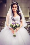 Роскошная и счастливая невеста в городе стоковое изображение rf
