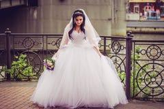 Роскошная и счастливая невеста в городе стоковые изображения