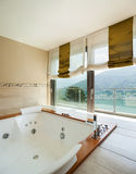 Роскошная квартира, ванная комната стоковые изображения rf
