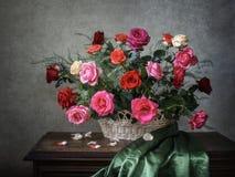 Роскошная корзина с розами лета сада Стоковое фото RF