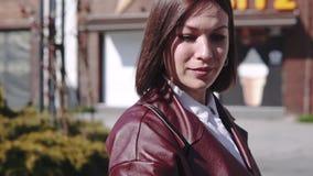 Роскошная красивая женщина в идти переулком и записывая видео с ее телефоном акции видеоматериалы