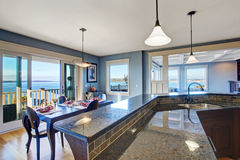 Роскошная кухня Шкаф с верхней частью гранита и отделкой плитки Стоковое Фото