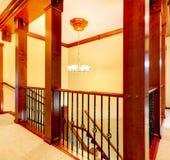 Роскошная лестница с деревянными колонками Стоковое Изображение RF