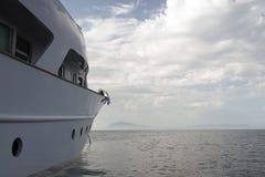 Роскошная моторка на море и горизонте и cloudscape в лете Стоковое Изображение
