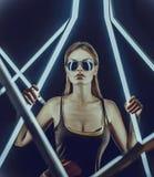Роскошная молодая женщина в солнечных очках и сексуальной футболке Стоковое фото RF