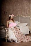 Роскошная молодая усмехаясь женщина красоты в винтажном платье в элегантном внутри Стоковая Фотография