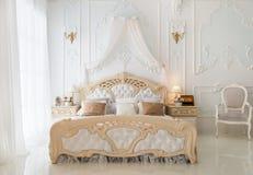 Роскошная ретро белая спальня Стоковые Изображения RF