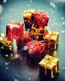 Роскошная рождественская открытка с красными золотыми подарочными коробками Стоковое Изображение RF