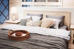 Роскошная современная спальня стиля в розовых серых и голубых тонах, интерьере спальни гостиницы Стоковое Изображение RF