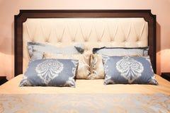 Роскошная современная спальня стиля в розовых серых и голубых тонах, интерьере спальни гостиницы Стоковые Изображения