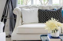 Роскошная софа в живущей комнате с желтым цветком в вазе Стоковое фото RF