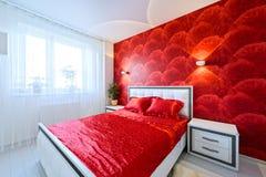 Роскошная спальня в красной и белом Стоковое Изображение