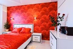 Роскошная спальня в красной и белом Стоковое фото RF