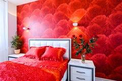 Роскошная спальня в красной и белом Стоковые Изображения