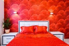 Роскошная спальня в красной и белом Стоковое Фото