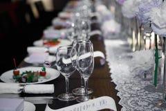Роскошная таблица с стеклами и плитами Стоковое Изображение RF