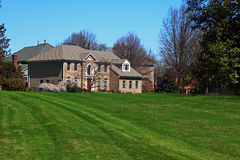 Роскошная лужайка зеленого цвета дома стоковое изображение