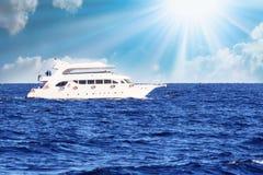 Роскошная частная яхта мотора под путем на тропическом море с головным скачком Космос для текста стоковая фотография