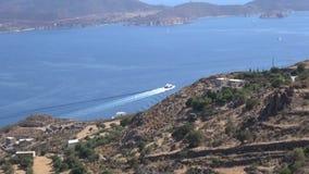 Роскошная яхта мотора покидая греческий остров Patmos сток-видео