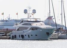 Роскошная яхта на туристическом судне предпосылки в заливе Mandraki Родос, Греция Стоковое Изображение