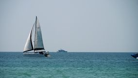 Роскошная яхта около Пхукета видеоматериал