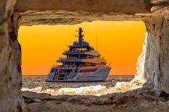 Роскошная яхта через каменный взгляд окна стоковая фотография rf