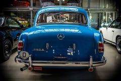"""Роскошное  """"Ponton†Мерседес-Benz 220S W180 II автомобиля, 1956 изолированная белизна вид сзади Стоковое Изображение"""