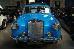 """Роскошное  """"Ponton†Мерседес-Benz 220S W180 II автомобиля, 1956 Стоковые Фото"""
