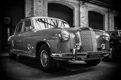 """Роскошное  """"Ponton†Мерседес-Benz 220S W180 II автомобиля, 1956 Стоковые Фотографии RF"""