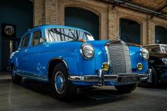 """Роскошное  """"Ponton†Мерседес-Benz 220S W180 II автомобиля, 1956 Стоковое Изображение"""