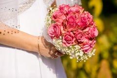 Роскошное белое платье и bridal букет Стоковое Изображение RF