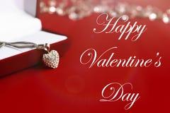Роскошное ожерелье сердца, счастливый текст дня валентинок, поздравительная открытка стоковые фотографии rf