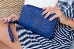 Роскошное портмоне бумажника snakeskin в руках женщины Остров Бали, handmade портмоне, мода Стоковые Фото